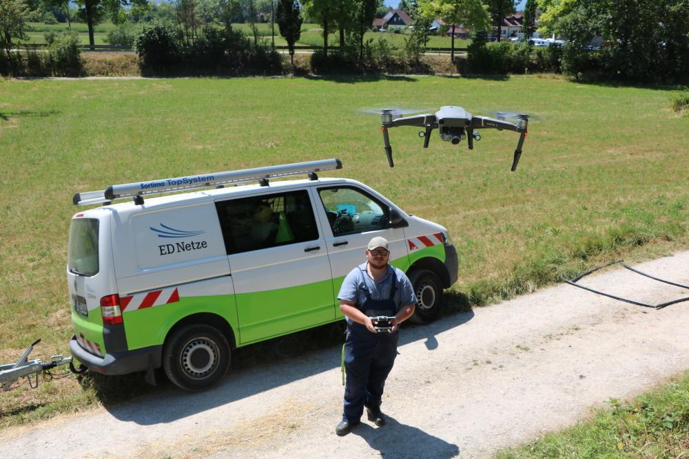 In Sekunden lässt Felix Müller die Drohne zur Stromleitung aufsteigen. Die meisten Einsätze sind nach wenigen Minuten abgeschlossen. (Foto: ED Netze)