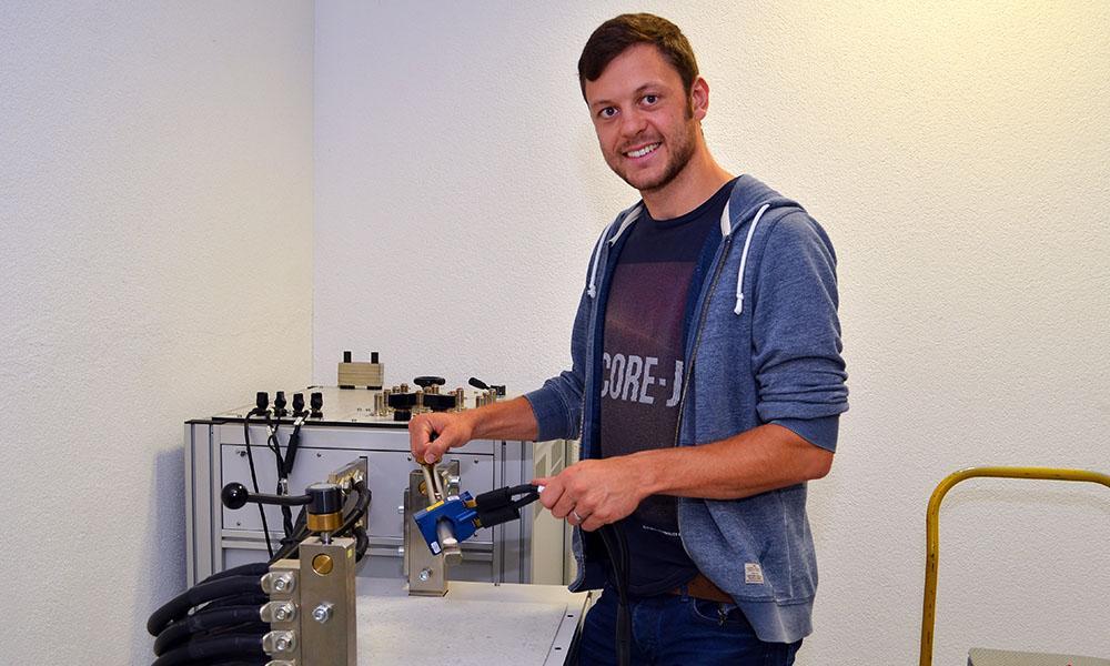Felix Ücker von ED Netze schließt einen Stromwandler an.