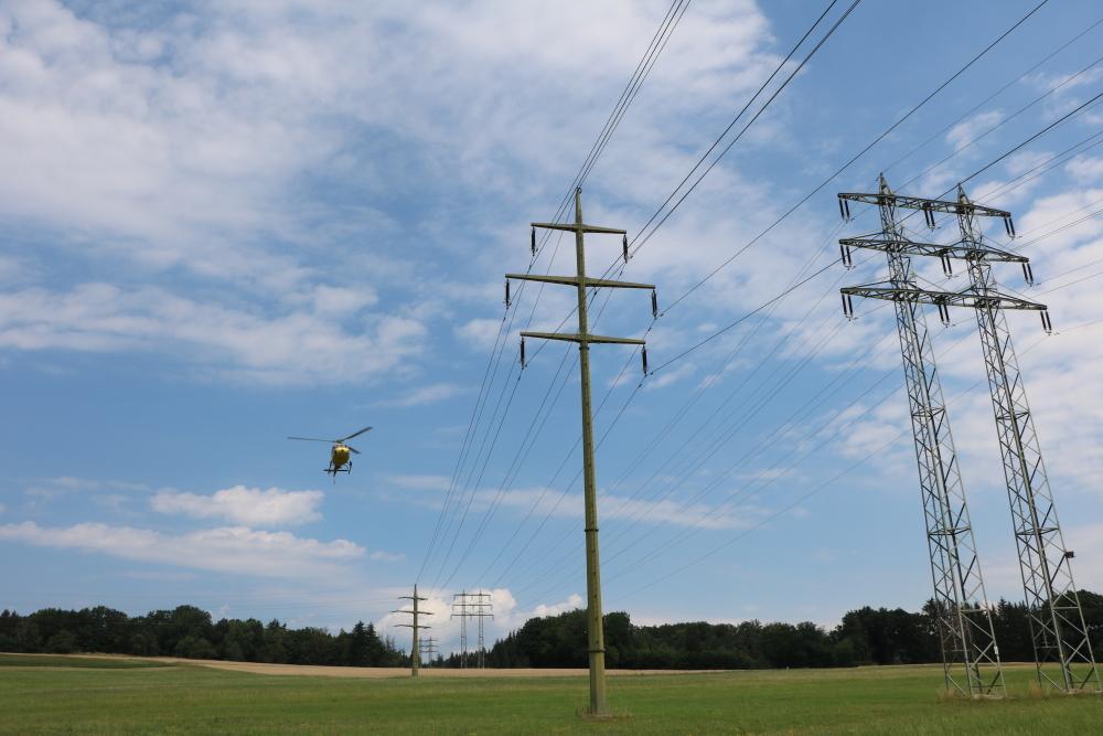 Mit etwa 15 Stundenkilometern fliegt der Hubschrauber die Stromleitungen ab – so haben die Kontrolleure genug Zeit, die Leitungen, Isolatoren und Masten zu inspizieren. (Foto: ED Netze)
