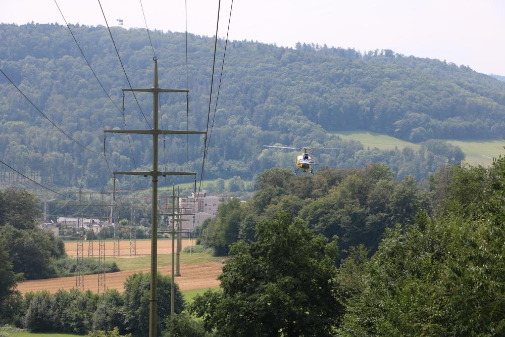 Bei der Leitungskontrolle fliegt der Hubschrauber langsam die Stromleitungen ab und schwebt für einige Sekunden neben jedem Strommast. (Foto: ED Netze)