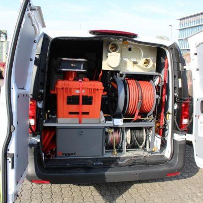 Der Laderaum des Kabelmesswagens wird effizient genutzt. Geräte, Kabel, Instrumente und Computer drängen sich dort dicht an dicht griffbereit. (Foto: ED Netze)