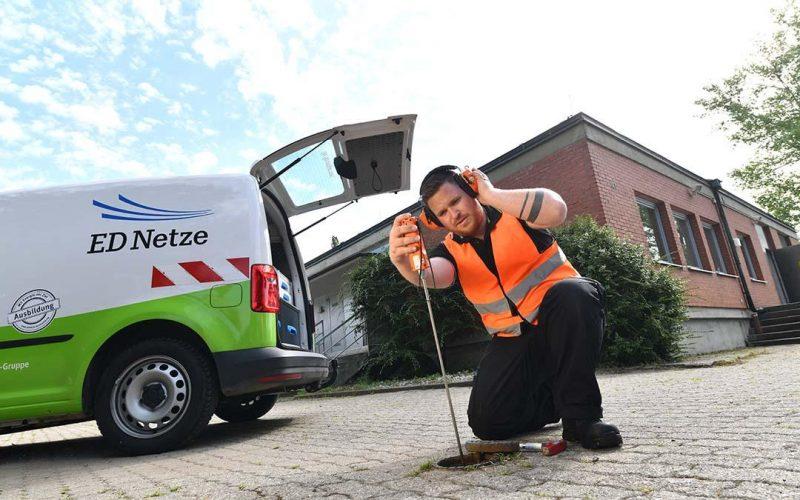 Lukas Hermann ortet Lecks in Wasserleitungen mit einem Horchstab. (Foto: Juri Junkov)