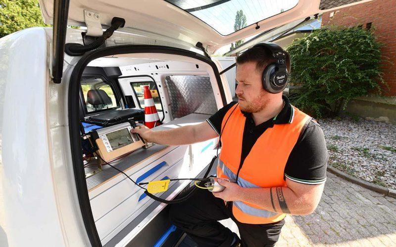 Lukas Hermann füttert den Korrelator in seinem Einsatzfahrzeug mit den notwendigen Parametern, um die Leckage möglichst punktgenau zu orten. (Foto: Juri Junkov)