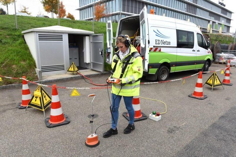Die Technikerin Sabrina Markoni ortet eine Schadensstelle. Dazu erzeugt der Kabelmesswagen elektrische Entladungen im defekten Kabelstück, die sie mit einem empfindlichen Mikrofon hören und zuordnen kann. (Foto: ED Netze)