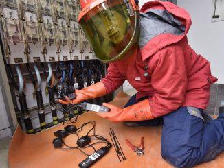 Marcel Meilhammer, Netzbetriebsmonteur ED Netze GmbH, beim Einbau. (Fotos: ED Netze GmbH / Roland Sigwart)