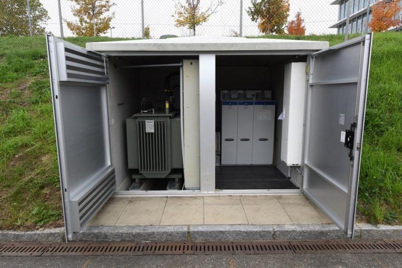 Eine Trafostation von innen: Links ist der Trafo zu sehen, der zwischen 20 kV und 400 V umspannt. Er dient als Bindeglied zwischen den Mittel- und Niederspannungsnetzen. Rechts befindet sich die 20-kV-Schaltanlage. (Foto: ED Netze)