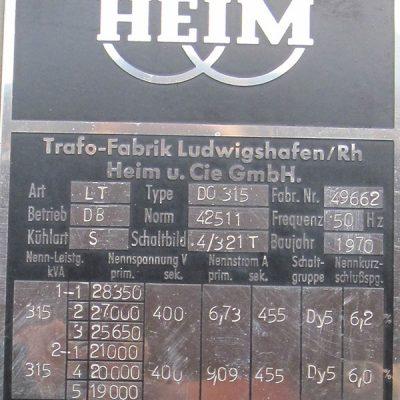 Die alten Typenschilder (links) und die neuen (rechts) beinhalten wichtige Daten der Trafos. (Foto: ED Netze)