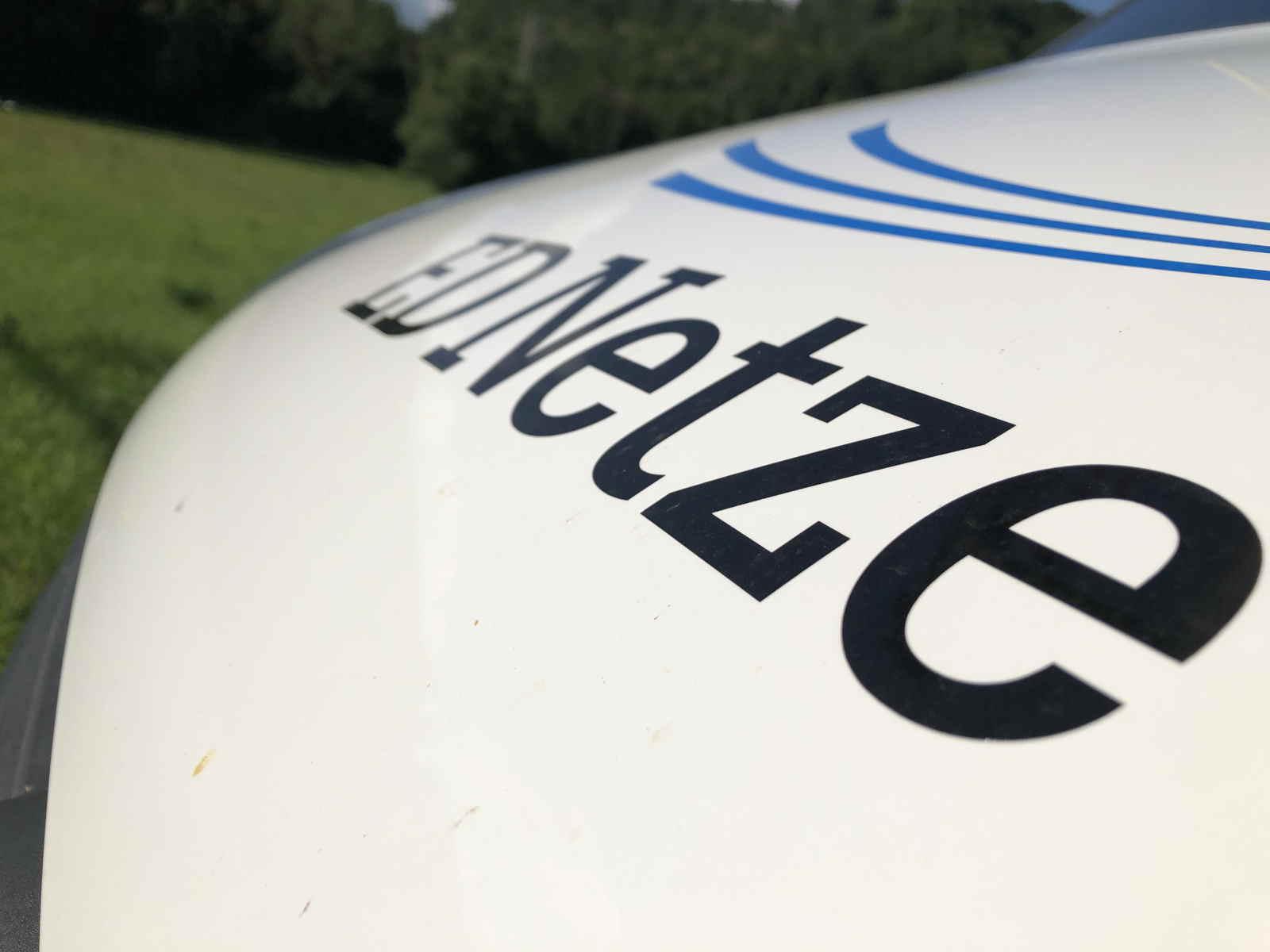Im Netzgebiet der ED Netze gibt es unter anderem 530 Kilometer 110-Kilovolt-Freileitungen, über die das Verteilnetz des südbadischen Netzbetreibers gespeist wird – etliche davon in schwer zugänglichem Gelände. Zum vorgesehenen Kontrollpunkt oder Leitungsabschnitt geht es für die Inspektion per Einsatzwagen so nah ran wie möglich. Es gilt: Jeder Multikopterflug muss angemeldet werden und bedarf einer einsatzbezogenen Flugerlaubnis.