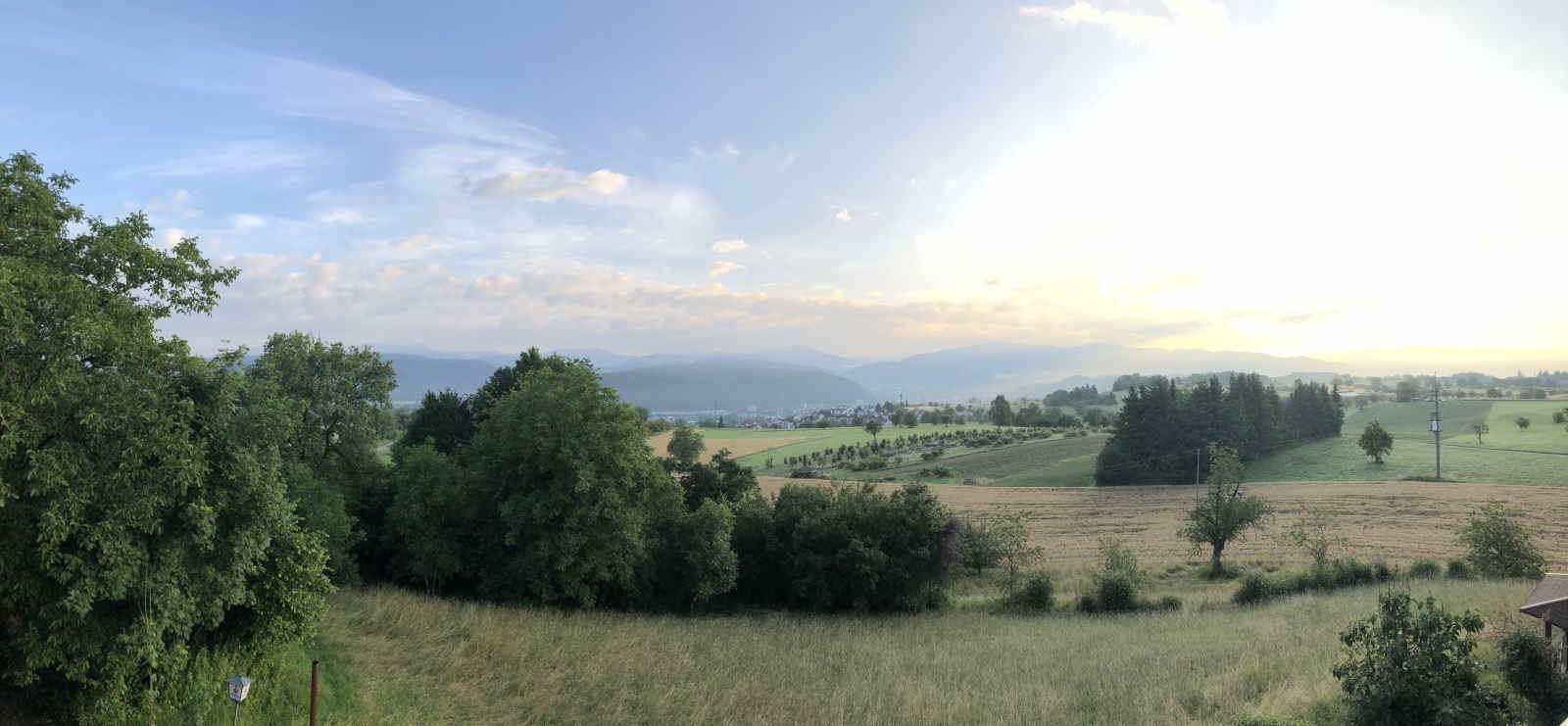 """Ob im Westen die Region südlich von Freiburg bis zum Hochrhein oder im Osten nördlich von Villingen-Schwenningen bis zum Bodensee: Gesteuert von der ED-Netze-Verbundleitstelle, kümmern sich rund 350 Mitarbeiter um die Versorgungssicherheit im Netzgebiet des südbadischen Netzbetreibers. Dazu zählen auch die """"fliegenden"""" Leitungskontrolleure: Den Multikopter-Steuerern präsentieren sich andere Details als der """"Bodenkontrolle"""" – und Aussichten."""